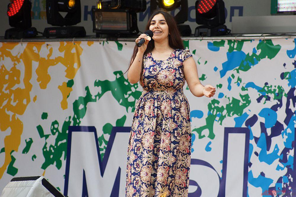 На сцене выступали коллективы из Азербайджана, Армении, Грузии и других стран.