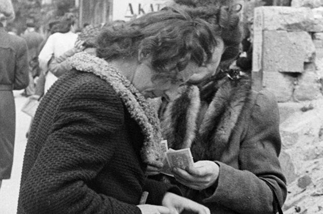 На черном рынке в Берлине 26 июня 1948 года. Через несколько дней после проведения денежной реформы.