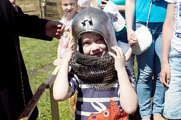 После окончания показательных боёв зрители с удовольствием примерили рыцарские доспехи на себя...