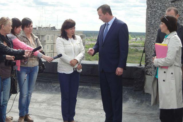 Наталья Шапошникова и Дмитрий Шубин обсуждают ход реализации программы капремонта