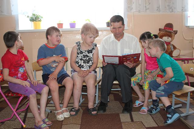 Виктор Дружинин находит время читать детям книги