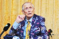 Евгений Евтушенко прочитал омичам стихи со сцены Музыкального театра.