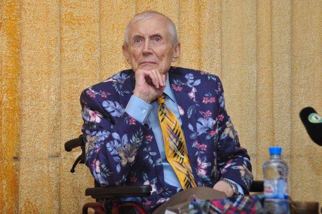Евгений Евтушенко уже в инвалидной коляске, но ещё бодр и полон планов.