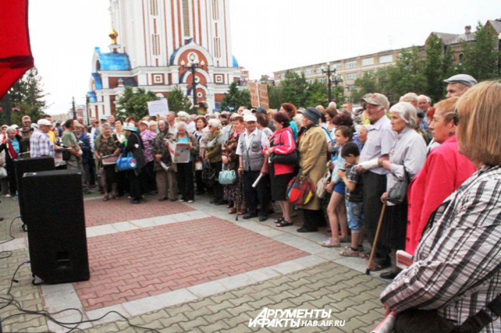 Большая часть площади была заполнена народом