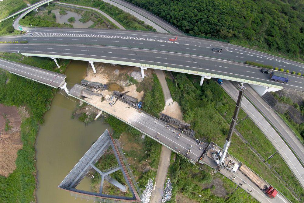 19 июня. Разрушенный мост в Китае. Четыре грузовых автомобиля рухнули в пропасть. По предварительным данным, один человек погиб, четыре получили ранения.