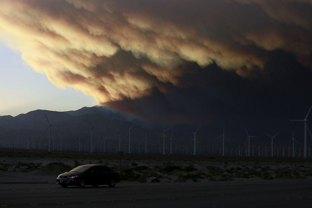 19 июня. Шлейф дыма от лесного пожар в Калифорнии.