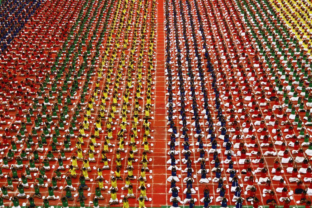19 июня. Тысячи студентов практикуют йогу в городе Ченнаи, Индия.