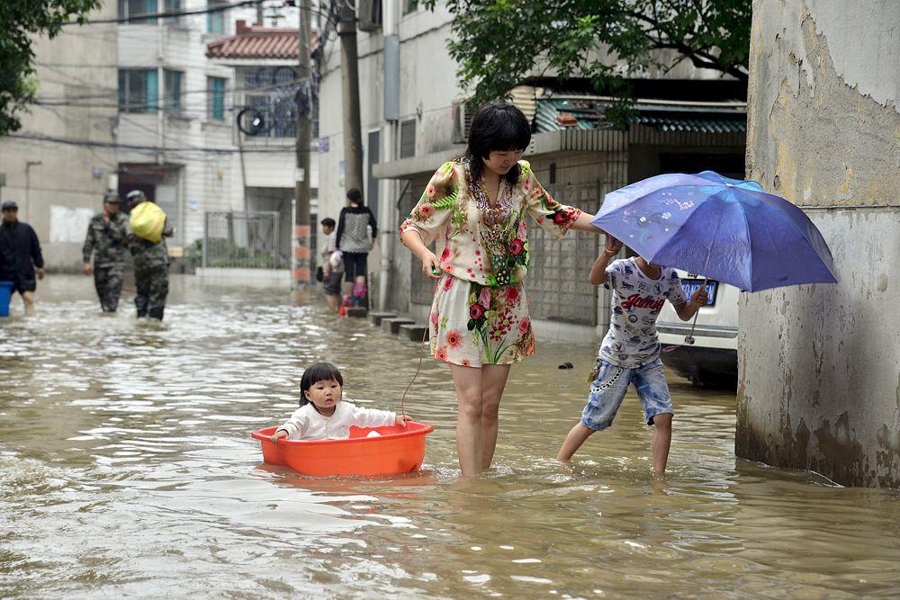 18 июня. Местные жители во время наводнения в Китае.