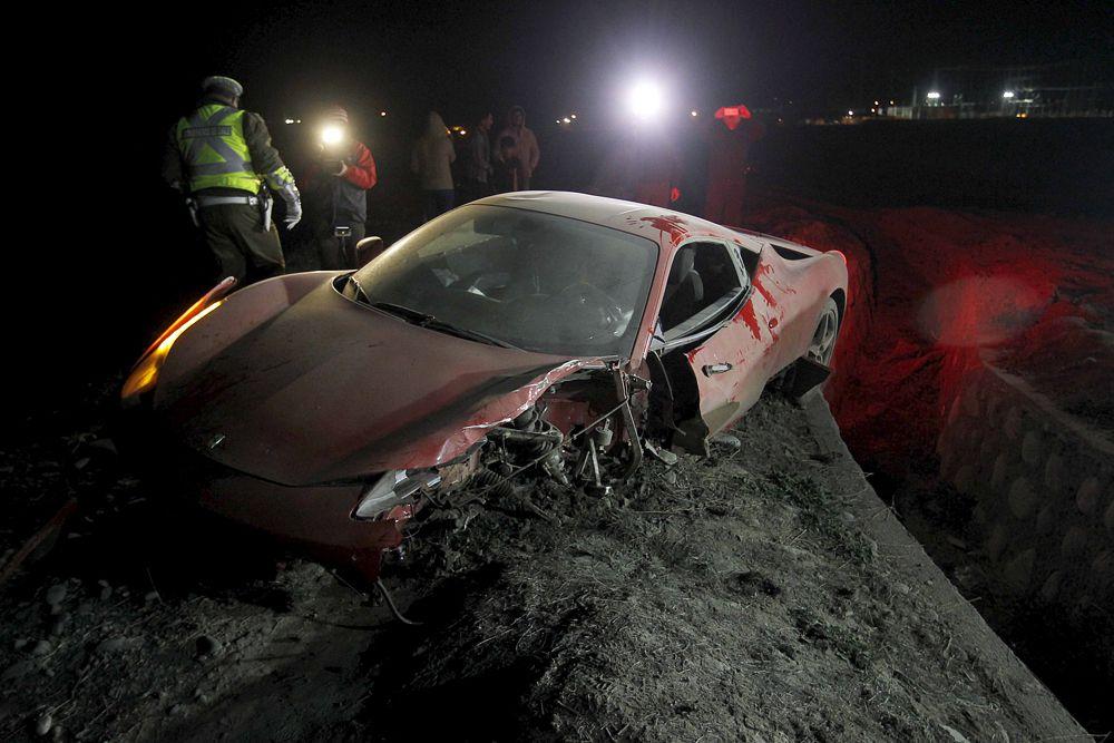 16 июня. Красный Феррари полузащитника «Ювентуса» Артуро Видаля после аварии в Чили. По сообщениям местных СМИ, пьяный Видаль получил незначительные повреждения.