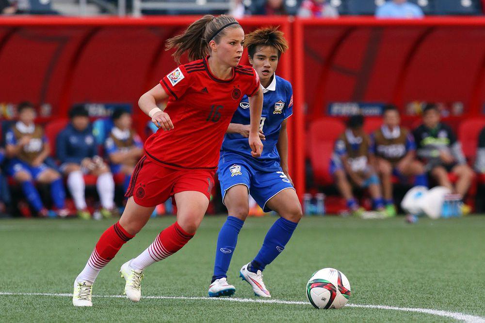 Полузащитник сборной германии Мелани Лойпольц.