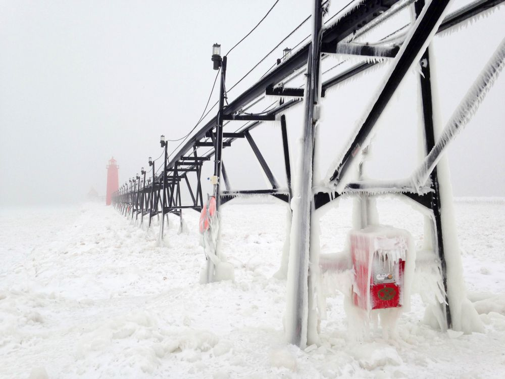 1-е место в номинации «Время года» — Хизер Госс (США). Этот кадр сделан в Гранд Хэвене, США, в одну из самых суровых зим. Озеро Мичиган покрылось коркой льда вплоть до границы с Чикаго.