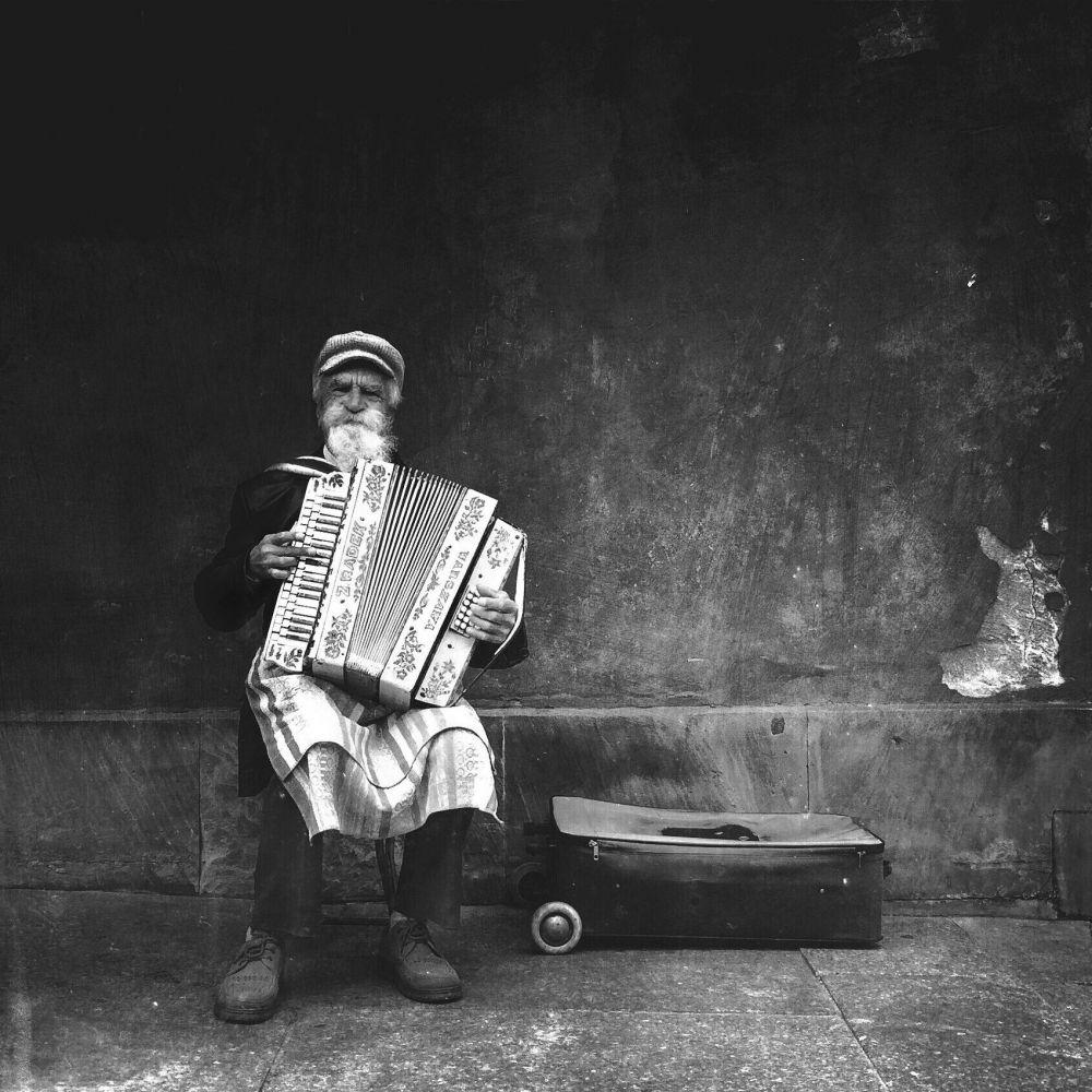 Главная награда — «Фотограф года» — досталась Михалу Коралевски из Польши. Михал специализируется на уличной фотографии. Это фото сделано на рыночной площади Варшавы, где автор снимка и встретил аккордеониста, исполняющего традиционные польские композиции.