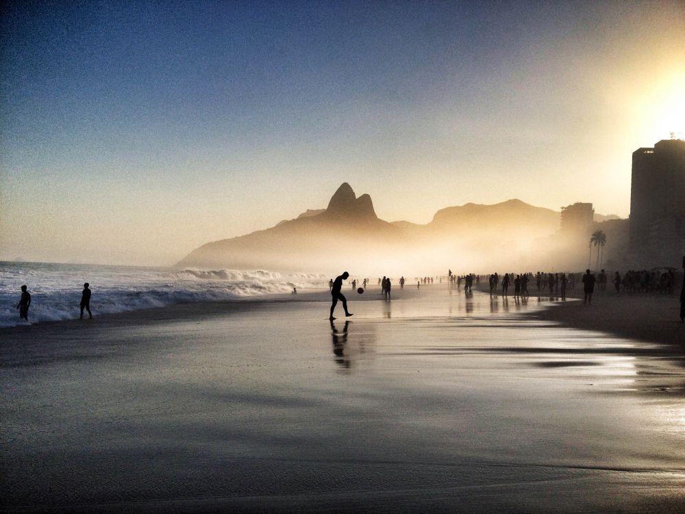 1-е место в номинации «Стиль жизни» получил Фабио Альварез из Эквадора. Фабио рассказал, что сюжет этой фотографии возник, когда он отдыхал со своим лучшим другом в Рио-де-Жанейро. «Мы были удивлены тем, как молодые люди целый день играли в футбол на пляже. Своим снимком я хотел запечатлеть страсть бразильцев к этому виду спорта», — говорит он.