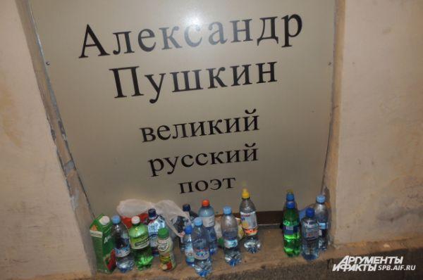 Полицейские отбирали у выпускников пластиковые бутылки.