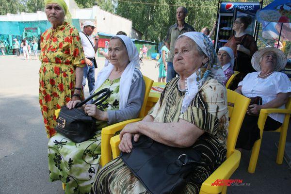 Жара не помешала пенсионерам смотреть концерт