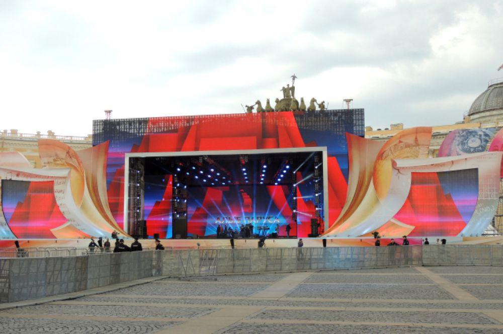 Главное действо традиционно развернулось на Дворцовой площади.