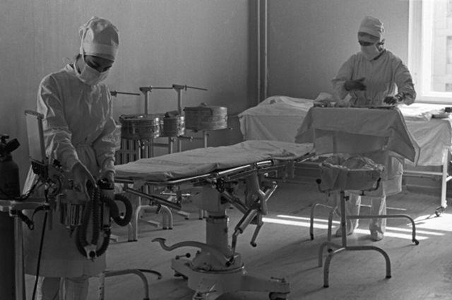 Медицинский персонал готовит хирургический блок к операции, 1963 год.