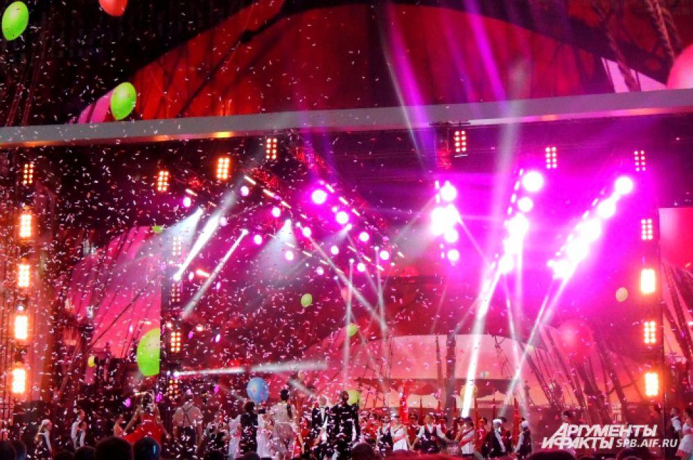 Концерт был ярким и громким.