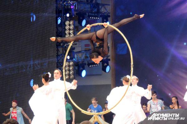На сцене выступали акробаты и танцоры.