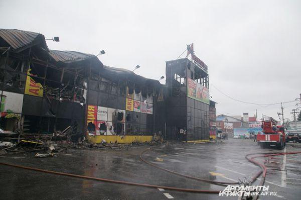Утром 22 июня из торгового центра продолжал идти дым.