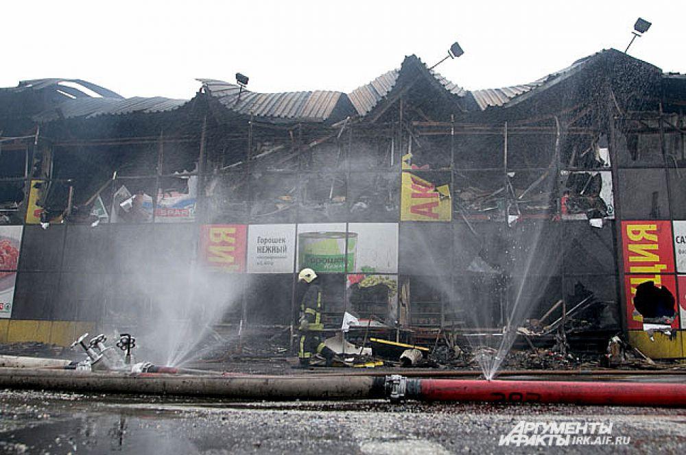 Пожарные работали на месте всю ночь.