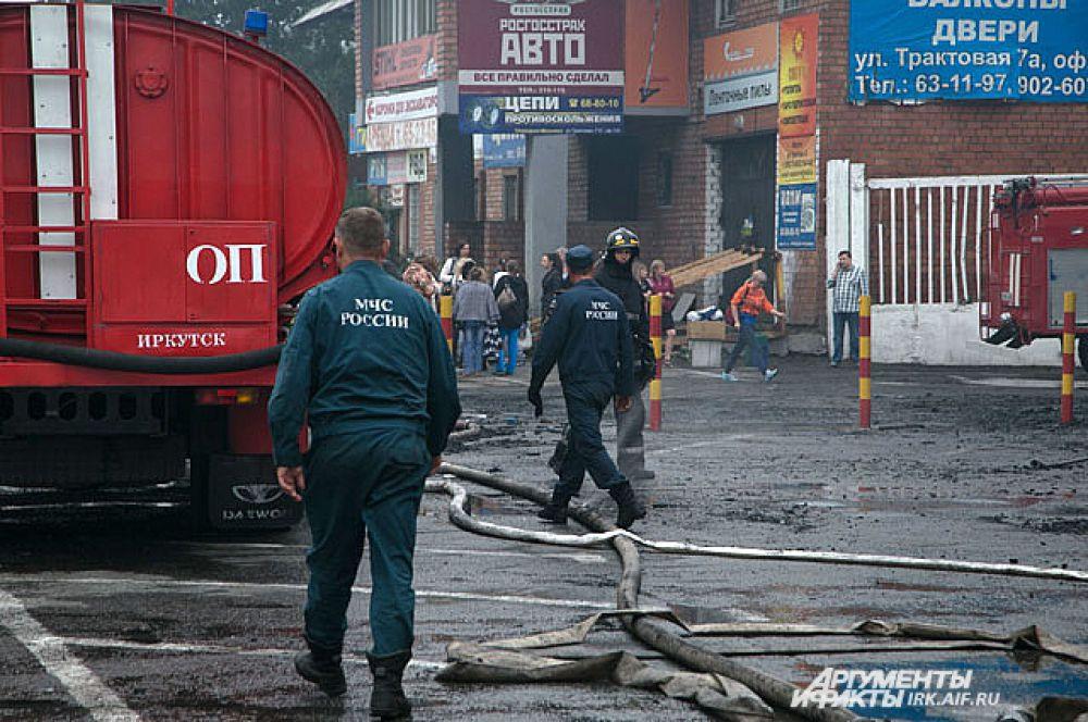 Пожарные оттеснили людей из-за угрозы обрушения.