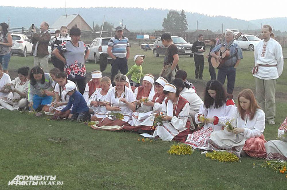 Во время праздника женщины садятся в круг и плетут венки.