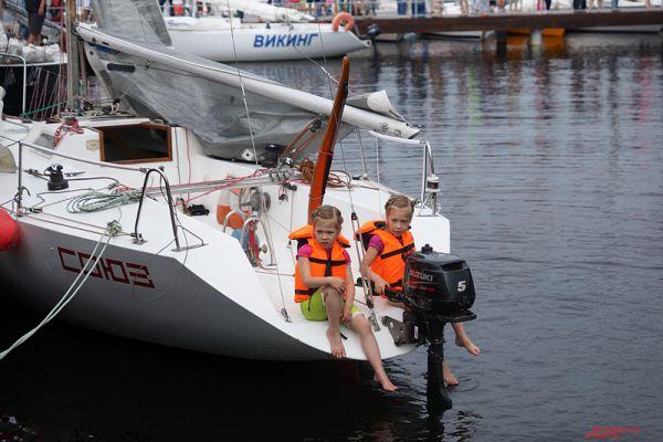 Кроме взрослых яхтсменов, в парусной регате приняли участие и детские команды.