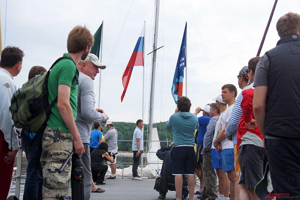 Перед стартами прошло торжественное поднятие флага России.