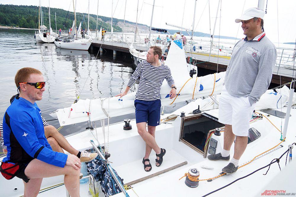 За титул победителя и кубок санатория боролись около полусотни экипажей килевых яхт и швертботов.