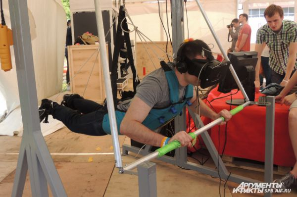 Люди могли полностью погрузиться в виртуальную реальность.Рыбок-роботов можно не кормить