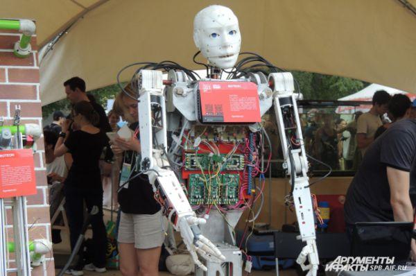 Современные роботы выглядят почти как человек.