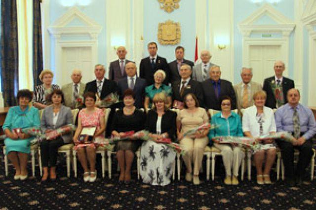 Виктор Назаров и омичи, удостоившиеся памятных медалей.