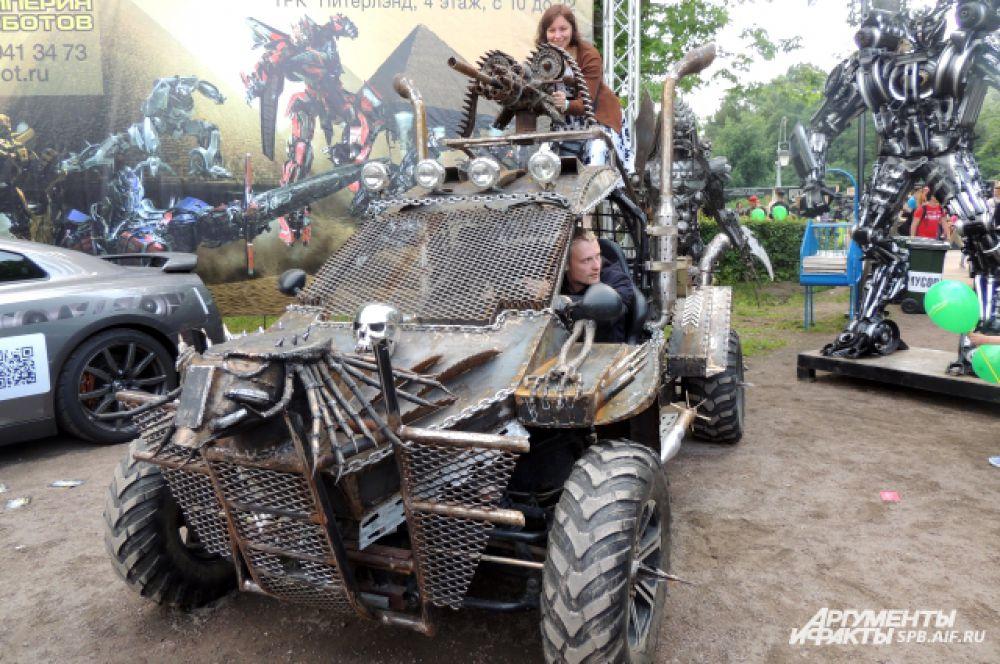 """Люди фотографируются в прототипе машины из фильма """"Безумный Макс"""""""