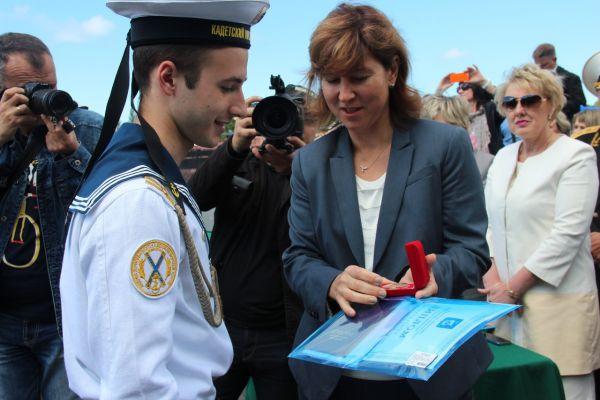 За особые успехи в обучении «золотой медалью» был награжден кадет, выпускник 11 класса, Алексей Кушнарев, которую он получил из рук министра образования Калининградской области Светланы Трусеневой.