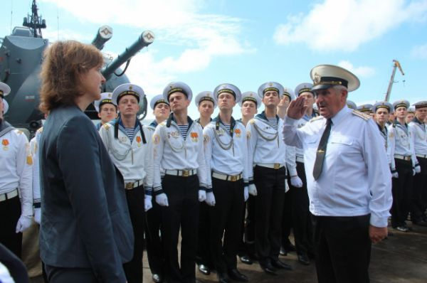 Вот уже несколько лет аттестаты кадетам вручают в военной гавани Балтийского флота, на борту эскадренного миноносца «Настойчивый».