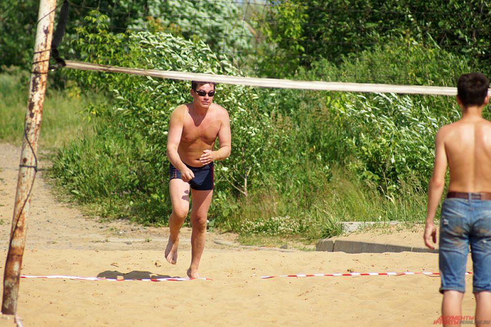 Куда без пляжного волейбола? Благо городские власти позаботились о летних площадках.