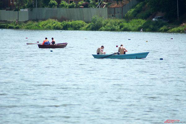 Также на берегу можно взять в аренду лодку и проплыть по пруду.