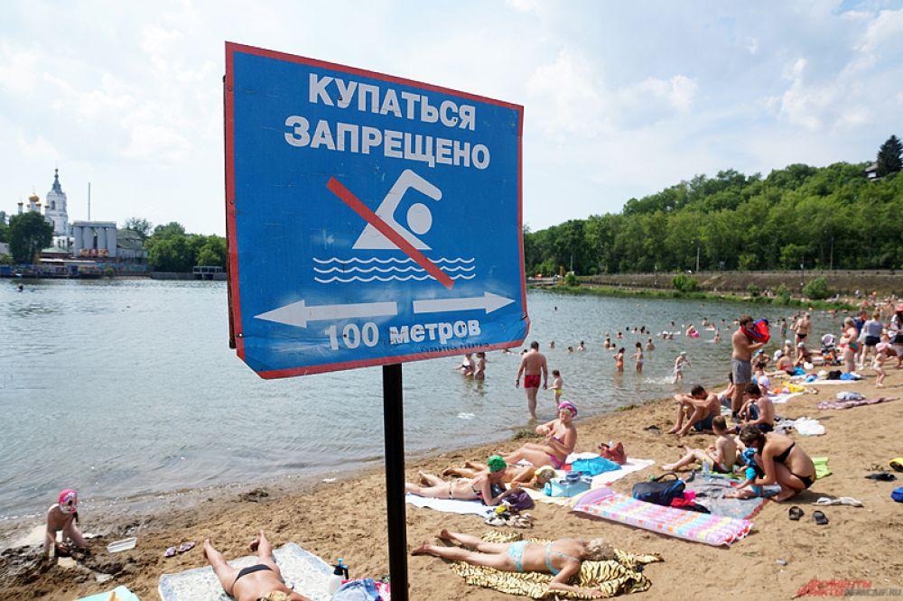 Несмотря на запрет купания, пермяки не брезгуют окунуться в прохладную воду.