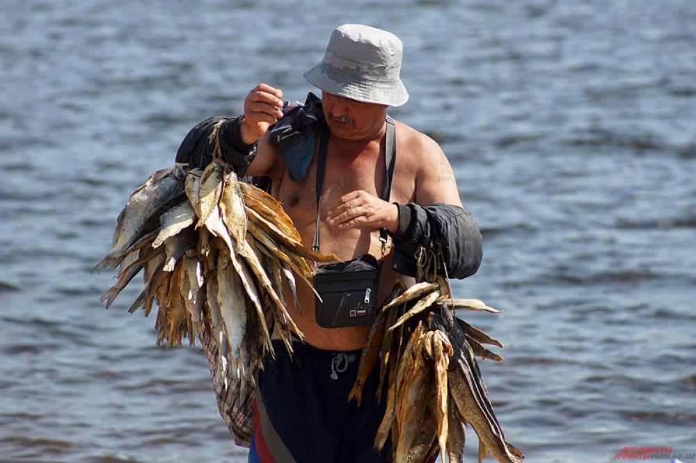 Заработать на жаре пытался торговец сушеными рыбами. Мужчина, словно на морском курорте, громко кричал: «Рыбка, вкусная рыбка».
