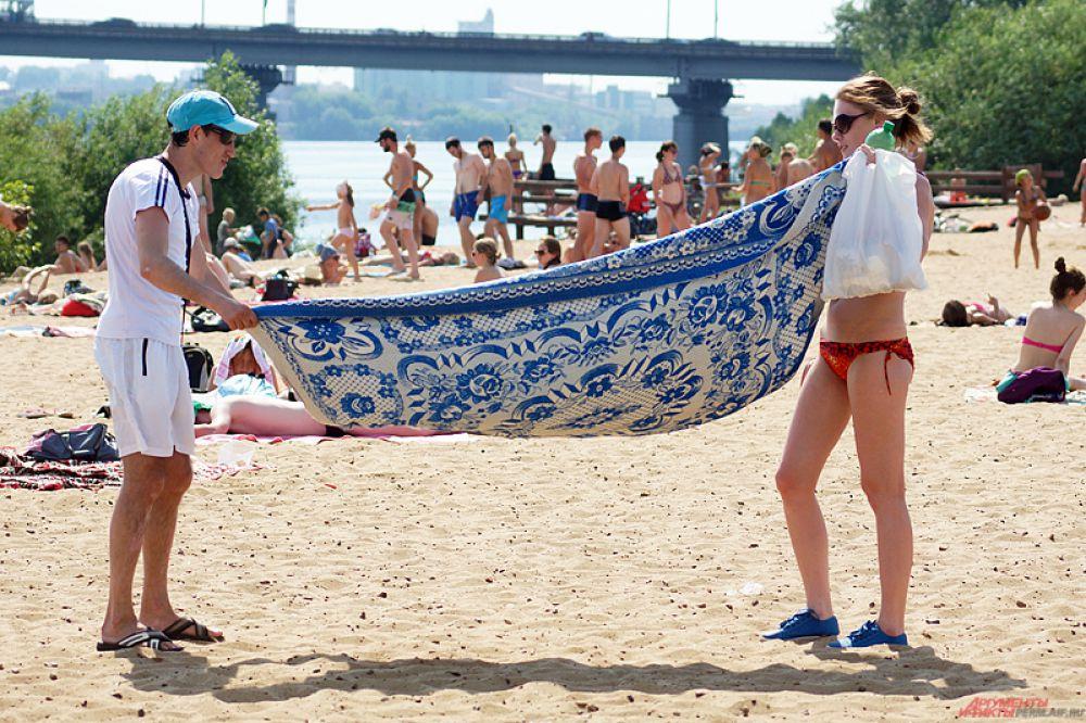 Пермяки принесли с собой на пляж кальяны, закуски и воду. Расстелив на песке полотенце, люди проводят здесь по 2-3 часа.