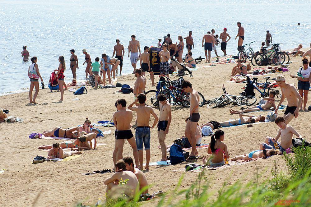 Пляж на камском берегу неподалеку от Коммунального моста также забит до отказа.
