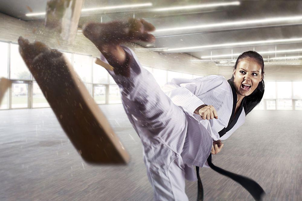 Каратэ — японское боевое искусство. В отличие от других единоборств Японии, которые предполагают борьбу, в карате для сокрушения противника используются точно нацеленные мощные удары руками и ногами, наносимые в жизненно важные точки его тела. Спортивные соревнования проводятся по двум программам каратэ: дзию-кумитэ (свободный спарринг) и ката (формализованная последовательность движений, связанных принципами ведения поединка с воображаемым противником).