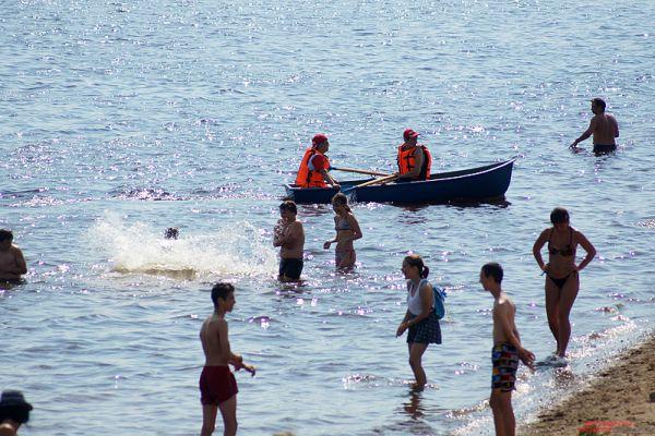 Спасатели патрулируют акваторию Камы на лодке.