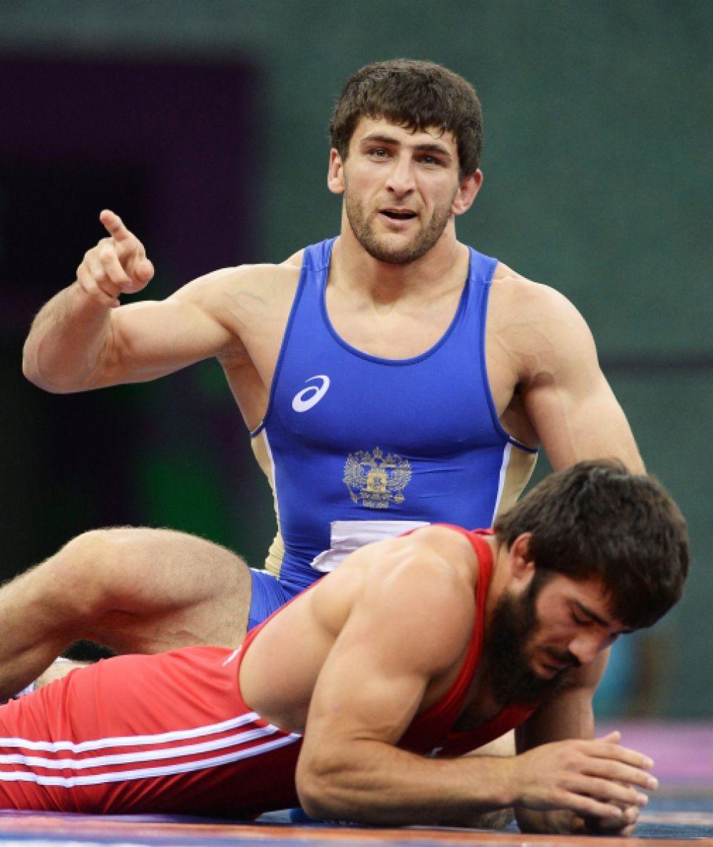 Борец вольного стиля Аниуар Гедуев выиграл Европейские игры в Баку в весовой категории до 74 килограммов. Гедуев в финале досрочно (за 2 минуты 36 секунд) выиграл у представителя Турции Сонера Демирташа - 10:0. Россиянин также стал чемпионом Европы-2015, который проводится в рамках Игр.