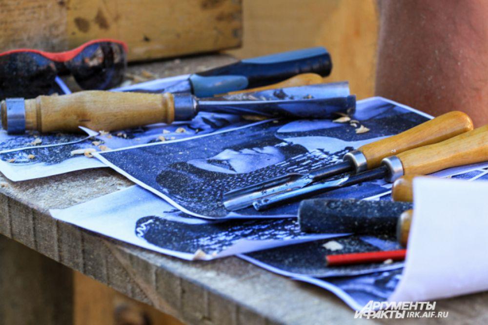 Своих героев скульпторы сначала просто распечатывают на бумаге. А затем режут.