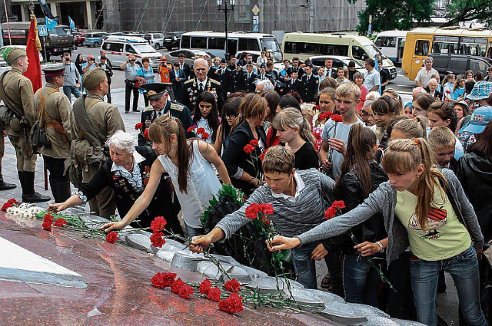 Участники акции возложили цветы к вечному огню.