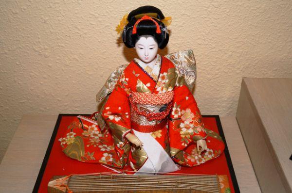 Исполнительница на КОТО (древний японский инструмент)