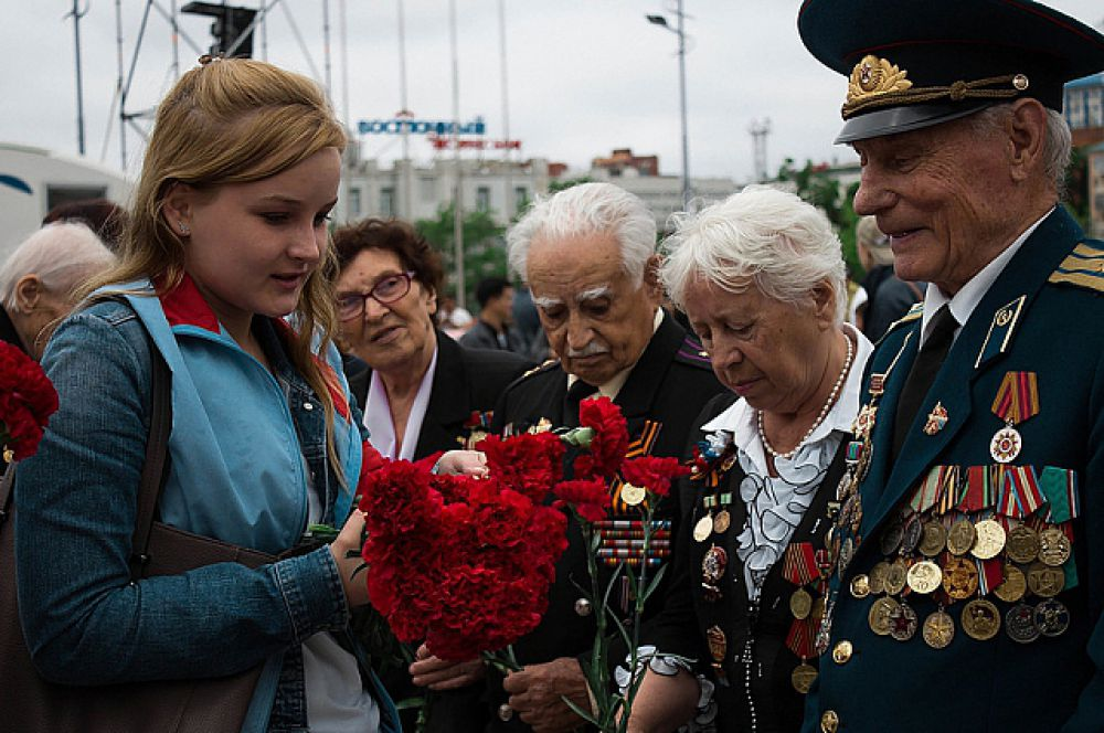 Цветы - уважаемым ветеранам.