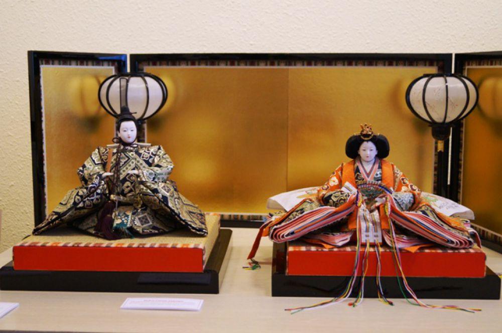 Императорские куклы, украшающие верх подиума в День девочек